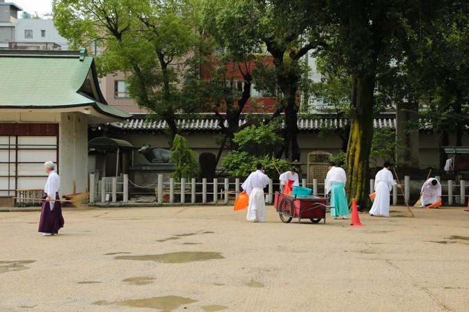 大阪天満宮で掃除をする方