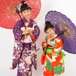 姉妹で和傘をもって。